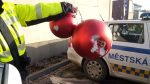 "Video: Police Catch Three Spanish Nationals Playing ""Football"" with Christmas Ornaments in Náměstí Svobody. The Offenders Will Pay a Fine"
